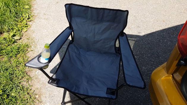 Diesen einfachen Campingstuhl habe ich für knapp 10.- günstig im Supermarkt gekauft.