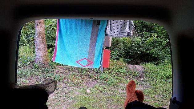 Blick aus der Heckklappe des Minicampers