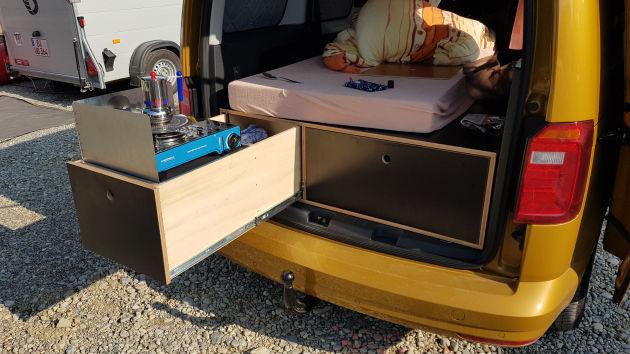 Außenküche des Minicampers mit Campingkocher und Espresso-Kocher